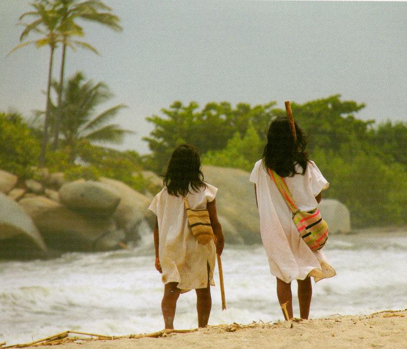 Arhuacos caminando en la playa