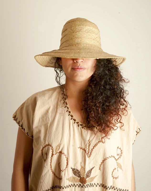 Sombre de caña flecha y Vestido de algodon, tejido a mano, Guajira.
